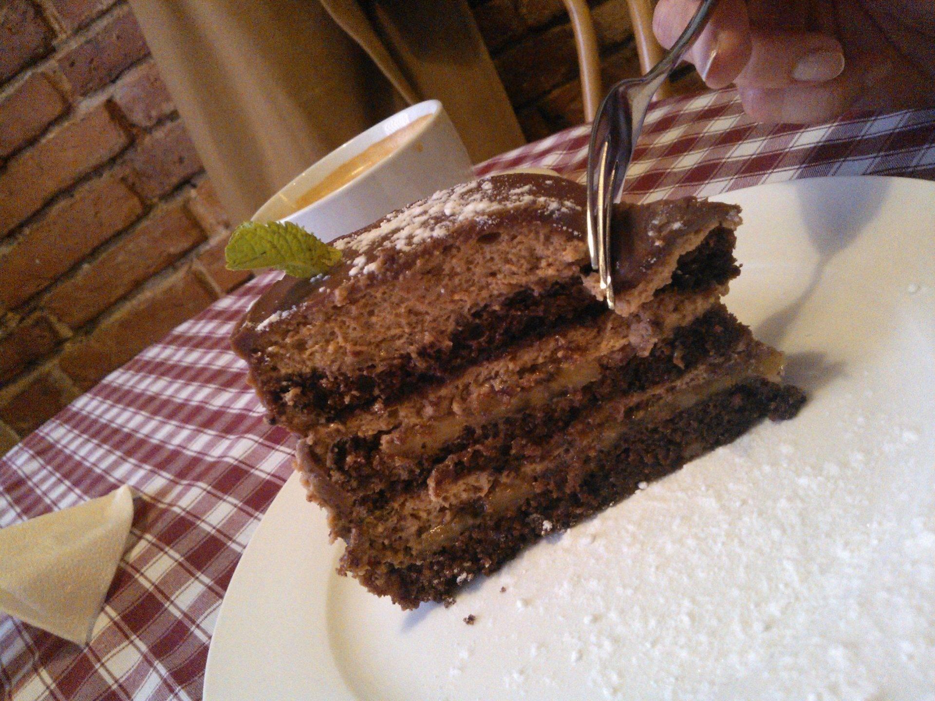 шоколадный торт с бананами на сливках
