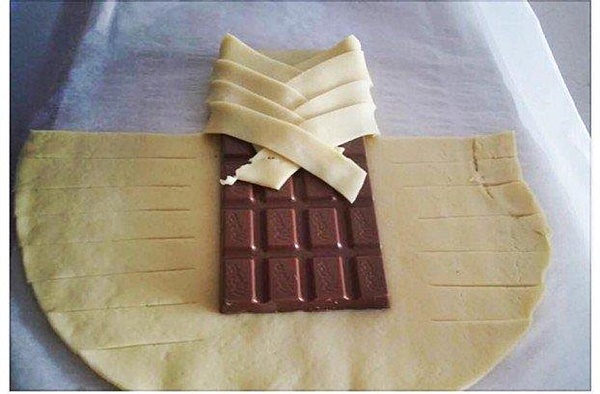 косичка с шоколадом со слоеного теста